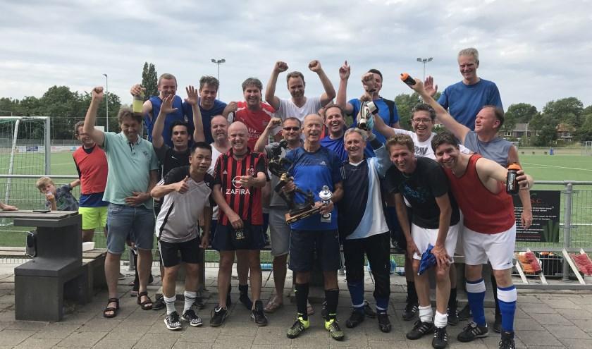 Alle spelers gunnen Geert de bokaal van harte. (Foto: Annemarie de Vries)