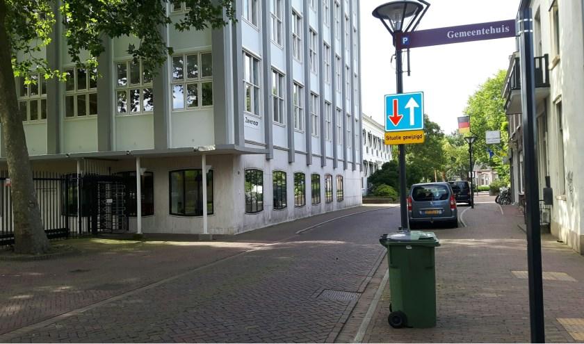 Aan de verkeersborden is te zien dat een gedeelte van de Kerkstraat een tweerichtingsweg is geworden. (foto: Danny van der Kracht)