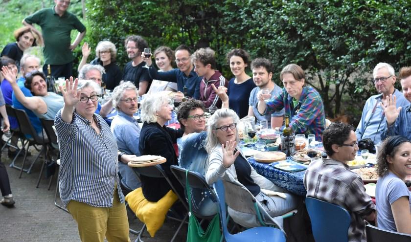 Maandelijks melden zo'n veertig film- en lekker-eten-liefhebbers zich aan voor een bijzondere avond bij Tante Nino (op de voorgrond). (Foto: Carolina Linares)