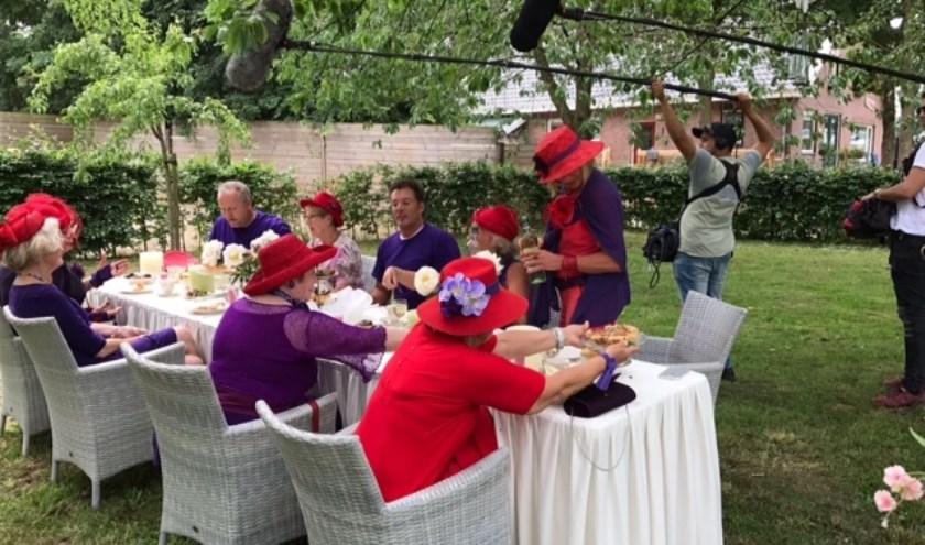 Leden van Rode Marikens van Nimwegen rond de tafel met 'Geer en Goor' voor opnamen van het programma 'Stevig Gebouwd'.
