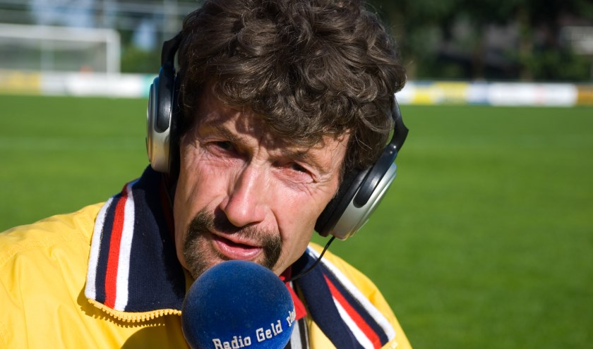 Voetbalverslaggever Arend Vinke houdt wekelijks de uitslagen van alle eerste teams uit Epe, Heerde en Hattem bij. Foto: Dennis Dekker