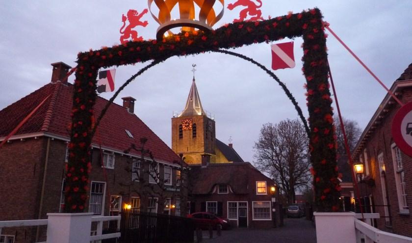 Als alles gaat zoals verwacht zal in april 2018 de kroonpoort in Linschoten nogmaals worden opgetuigd. Ter ere van het eerste koninklijke lustrum. (Foto: archief Janneke Severs-Hilgeman)