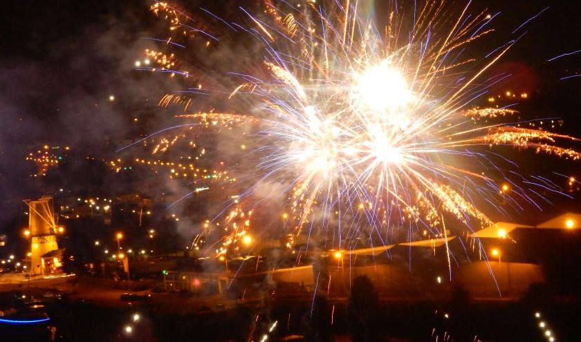 Er kwam geen einde aan. De gehele oudejaarsavond tot ruim in het nieuwe jaar was er overal vuurwerk te zien en te horen, zoals hier nabij de oude molen en haven van Spijkenisse.