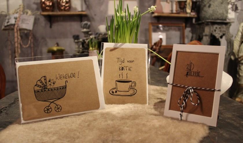 De kaartjes van Tante Peppie hangen aan de wand bij Pluk de Dag, bloemen en sfeer. Op de foto zijn een aantal kaartjes uit de collectie van Tante Peppie te zien. FOTO: MARIT JANSEN VAN GALEN