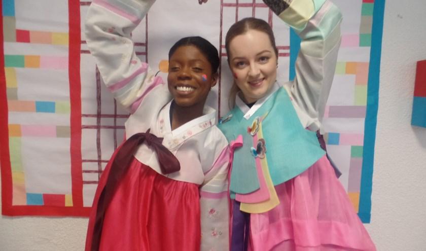 deelnemers in traditionele Koreaanse klederdracht 'Hanbok'