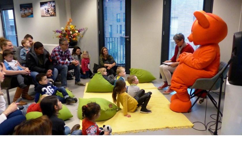 Dikkie Dik bezoekt verrast de kinderen in De Boekenberg tijdens voorleesmiddag. Foto: Roel van Deursen