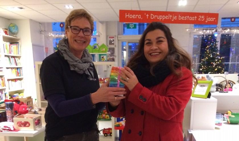Ramona Groothuizen krijgt uit handen van voorzitter Annemiek van Huffel de prijs uitgereikt