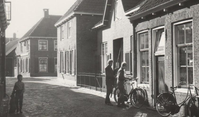 Met gebruik van beeldmateriaal bestaat de quiz uit zowel multiple choice- als open vragen. Misschien ook wel ovder de Dorpstraat. (Foto: Vereniging Oud-Linschoten)
