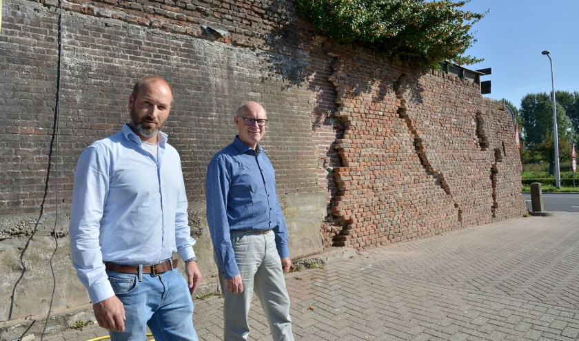 Peter Versloot (r) samen met projectleider Bart van Rossum bij een deel van de Montfoortse stadsmuur. De restauratie is van start gegaan en moet binnen een paar weken zijn voltooid. (Foto: Paul van den Dungen)