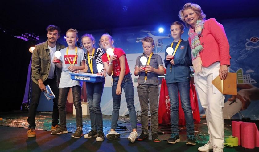 Het winnende team van de Pastoor Arsschool uit Lichtenvoorde krijgt haar prijs overhandigd door Marjan van Loon, president-directeur van Shell Nederland.
