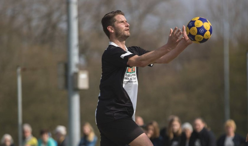 """Renier van den Hoek in actie: """"Zaterdag is korfbaldag"""" (foto: prive-collectie)"""