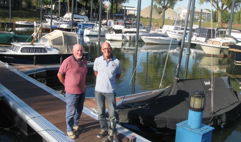 """Voorzitter van WSV 't Slik, Rien van Raay (rechts) en booteigenaar Dick Peek. """"Deze klus hebben we met z'n allen voor elkaar kunnen krijgen."""""""