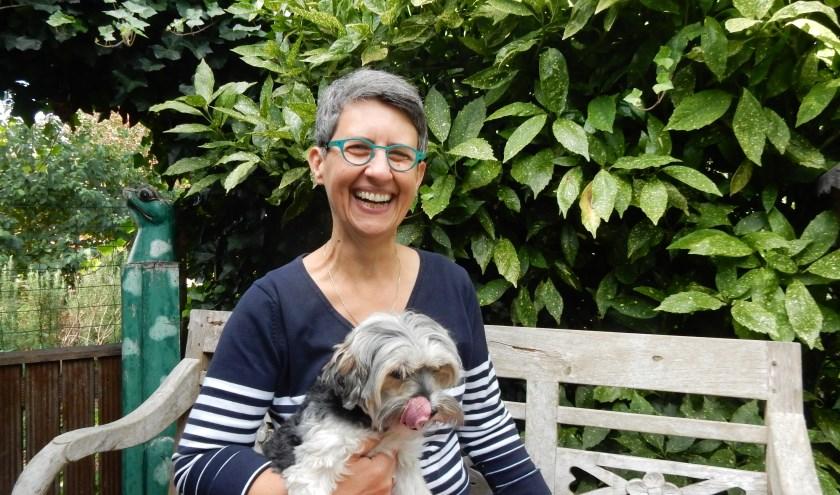 """Anja Hermanus-Schröder met haar hond Pippi. """"Wil je je laten inspireren tot blauw- en groengelovig zijn, dan ben je welkom bij de workshop!"""""""