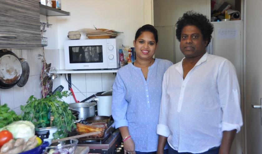 Niro en Pinipa in hun keuken waar ze de maaltijden bereiden. FOTO: Julie Houben