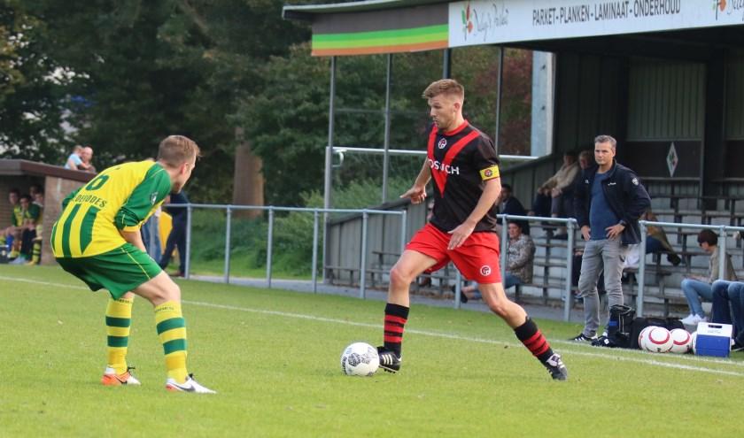 Doelpuntenmaker Koen Lighaam speelde een sterke wedstrijd op de linker vleugel, trainer Sturrus kijkt toe. (Foto: Edwin Schreurs)