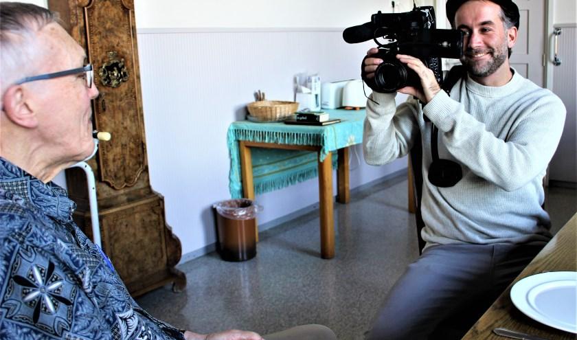 Daan Jongbloed (rechts) was cameraman, regisseur, interviewer en hij monteerde ook nog eens alles zelf. (foto: persfoto)