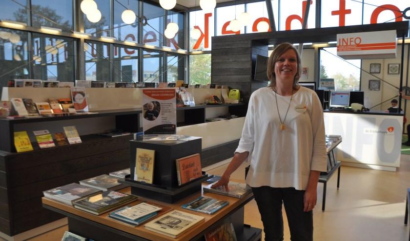 Bibliotheekmedewerker Annemarie Piepers naast een speciale boekentafel over Schouwen-Duiveland. FOTO: Anneke Flikweert