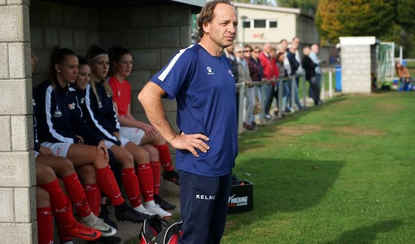 Trainer Wim Rossen staat alweer zes jaar aan het roer van het succesvolle meidenteam van JVC Cuijk. (Foto: Tom Oosthout)