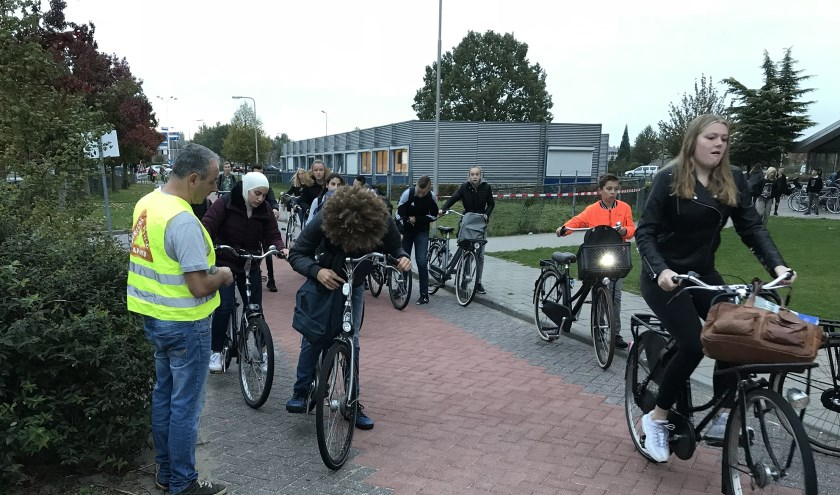 Tijdens de jaarlijkse fietsverlichtingsactie op de Lingeborgh stak de vakgroep natuur-scheikunde-techniek de handen uit de mouwen.