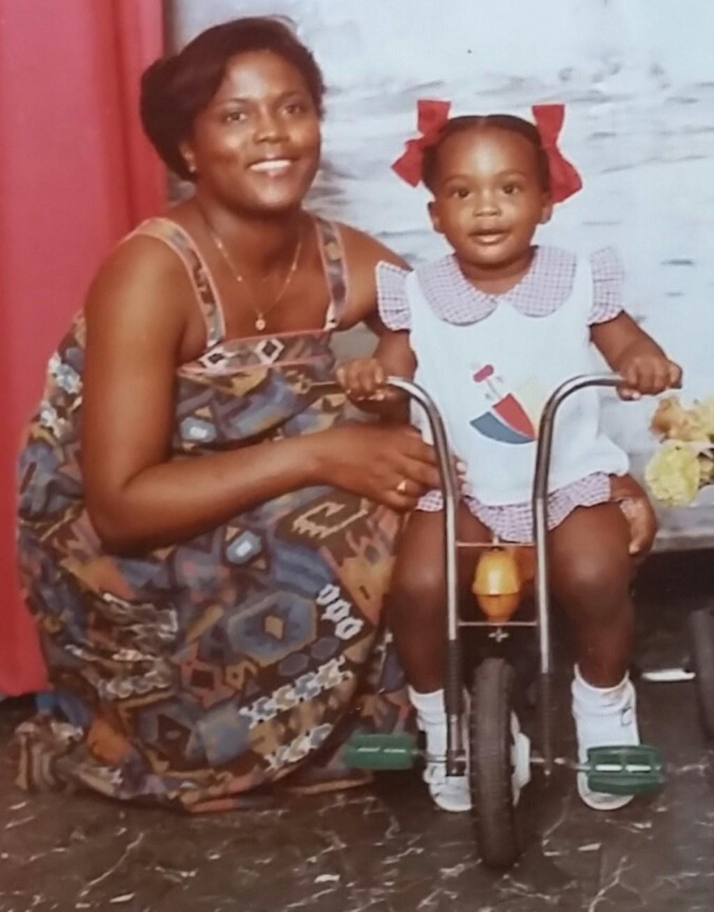 Aisa, hier met haar moeder, bracht haar kindertijd nog door in Suriname. Op haar twaalfde kwam ze met haar ouders naar Nederland.   © DPG Media