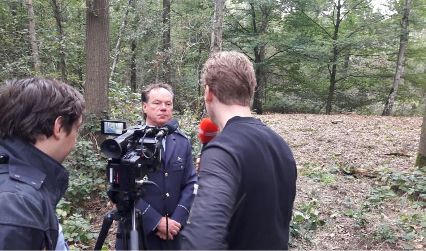 Tijdens de onthulling afgelopen vrijdag 28 september, heeft adjudant Ton van Mol uitleg gegeven over de grafheuvel (achter hem) op de vliegbasis. FOTO: Klu