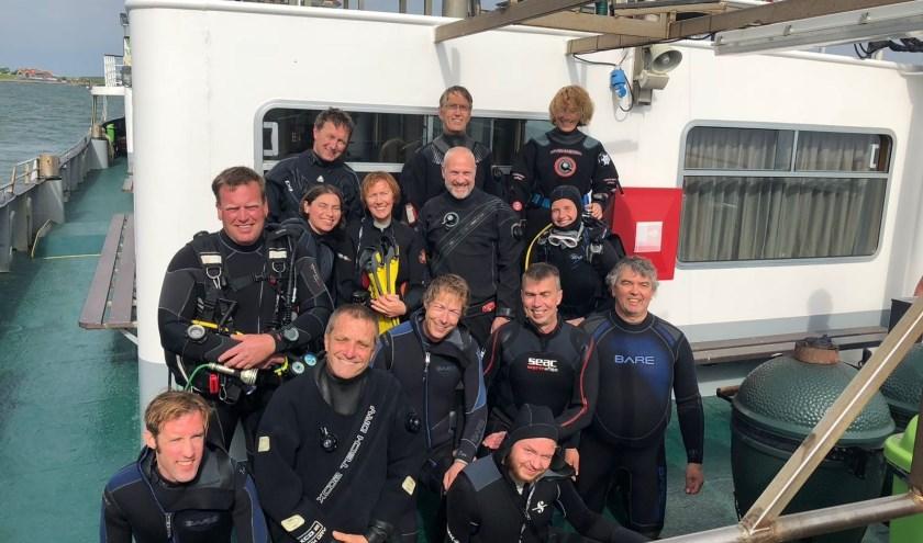Groepsfoto van een aantal leden van Scaldis in vol ornaat op Passagiersschip De Onrust. FOTO: Janine Hillebrand-Oskam