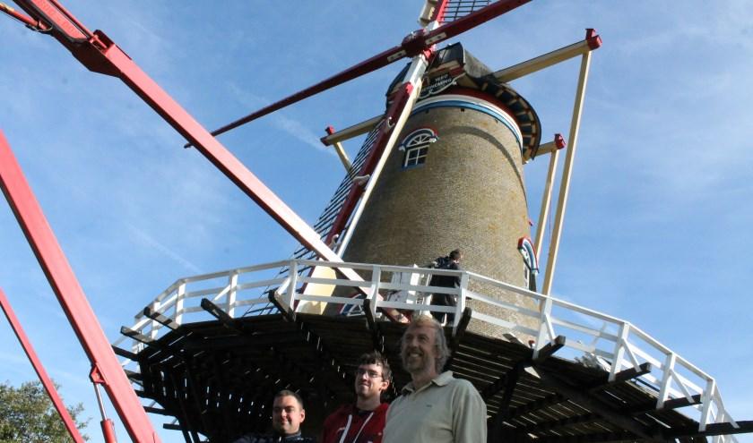 De nieuwe buitenroede is op molen De Onderneming geplaatst. Links Robert van 't Geloof en rechts Eric Meulman. FOTO: Leon Janssens