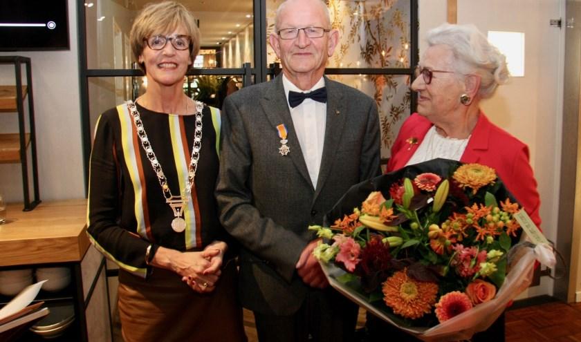 Het koninklijke lintje, opgespeld door burgemeester Annette Bronsvoort, verraste Jan Oolthuis compleet. Foto: Eveline Zuurbier