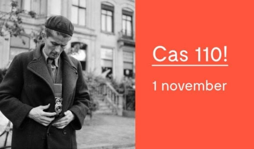 Cas Oorthuys met fototoestel onder zijn jas, Amsterdam (1945). (Foto © Charles Breijer / Nederlands Fotomuseum)
