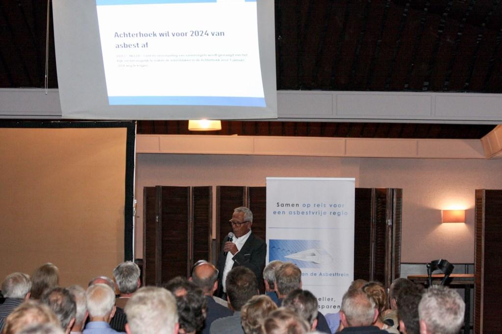 Anton Legeland van de stichting Asbesttrein legt 'het spoorboekje' uit. Foto: Eveline Zuurbier  © DPG Media