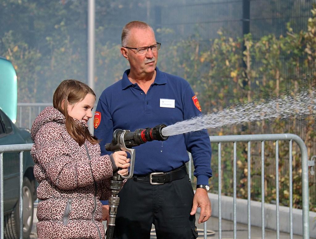 De jeugd stond 22 september graag in de rij voor het zelf blussen van een oplaaiend autobrandje op de parkeerplaats. Foto: Hanny van Eerden © DPG Media