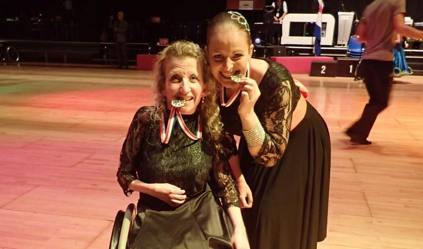 Dansers met medaille: Nicole (links) en Dagmar (rechts)