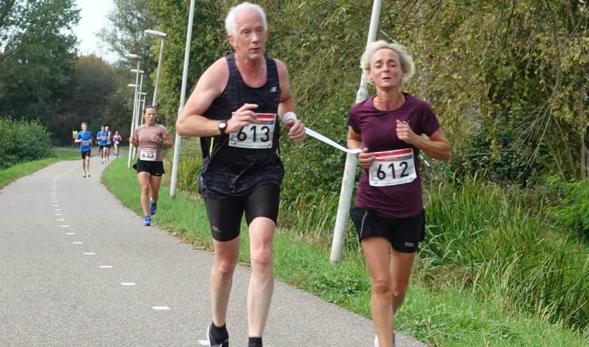 Johanny Gelens (rechts) en buddy Henk Visser liepen de 5 kilometer tijdens de Typhoonloop.