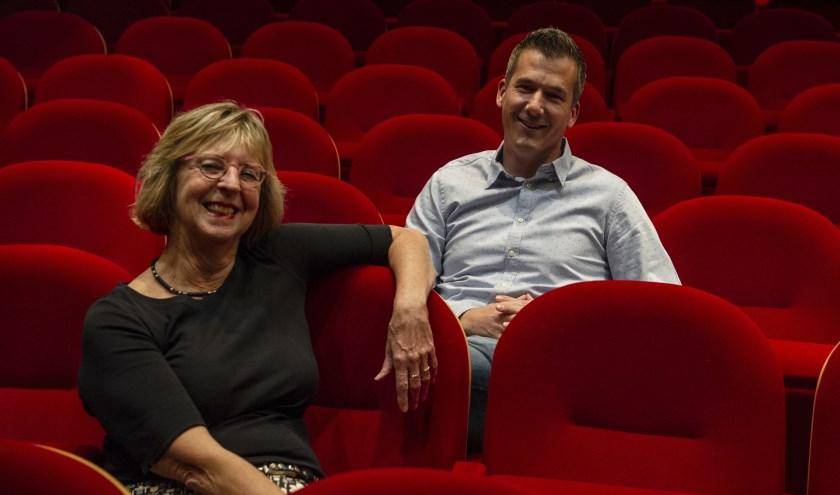 Ineke van Empel (directeur Theater De Storm) en Joost Duvigneau (voorzitter Junior Kamer Oost-Achterhoek).
