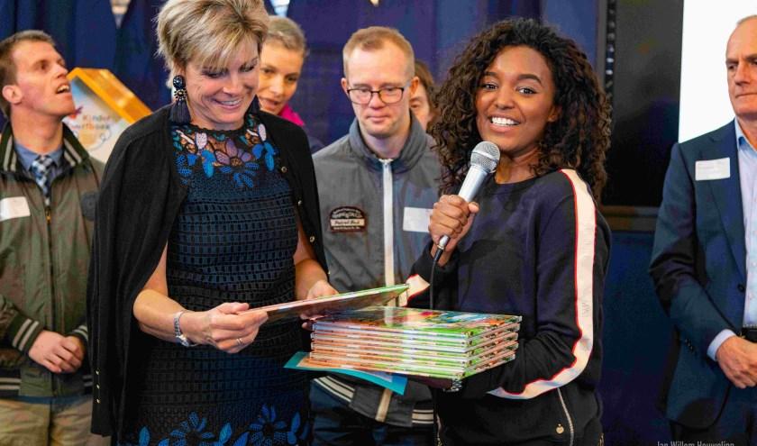 Prinses Laurentien ontvangt het nieuwe boek van Netty Gebbing en Annie Meussen. Het heet: Vlieg op Zonna