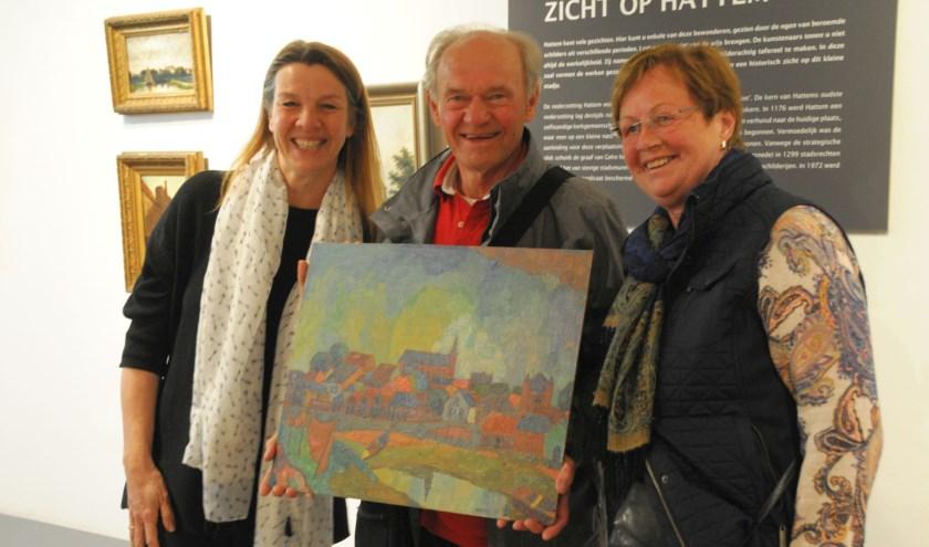 Directeur Daphne Kampman-Maas toont met het echtpaar Sluikhuis de nieuwe aanwinst.