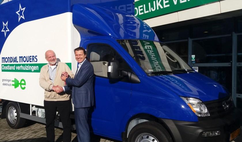 De sleutels worden bij het kantoor van Mondial Movers in Alblasserdam overhandigd aan Jan van Santen (links) van Mondial Oostland Verhuizingen, het Mondial Verhuisbedrijf in Groningen.