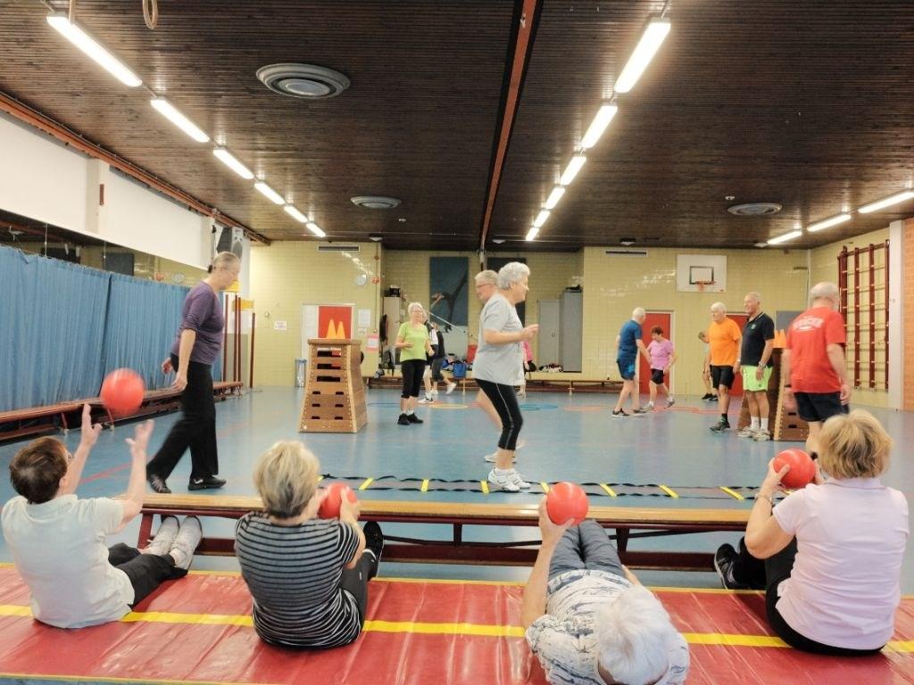 Senioren in Beweging op de maandagochtend tussen 9.00 en 10.00 uur bij DOS Sporthome in Alphen aan den Rijn.  © DPG Media