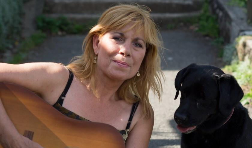 Margriet Eshuijs samen met haar hond Lola
