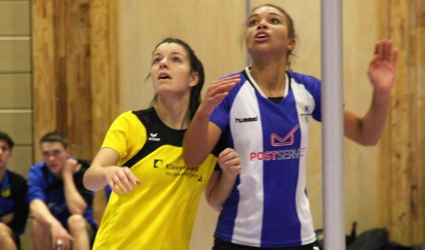 Wageningen speelster Iris Ilekhomon (rechts) streed zaterdag tegen haar voormalige teamgenoot Pia Donkers, nu spelend bij Dalto