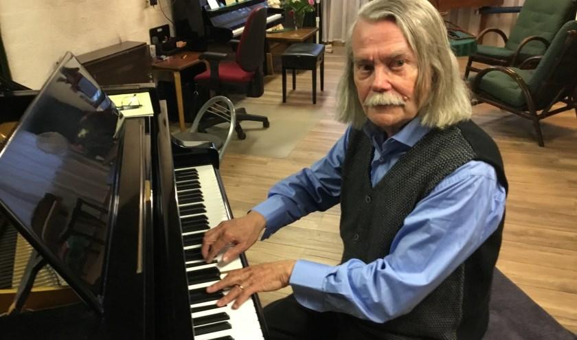 Frans van Kimmenade in de riante muziekkamer die hij samen met zijn vrouw eigenhandig bouwde. (Foto: DFP)