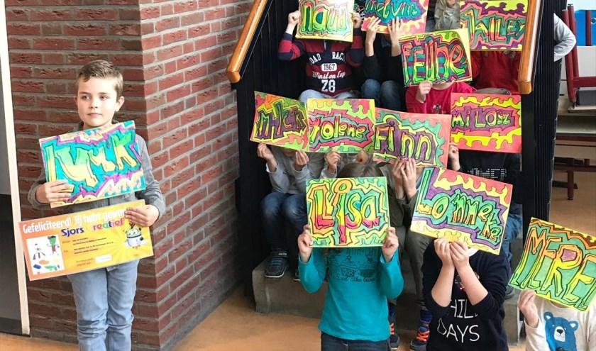Luuk koos de workshop graffiti tekenen uit als prijs. Samen met zijn klas ging hij vorige week aan de slag.