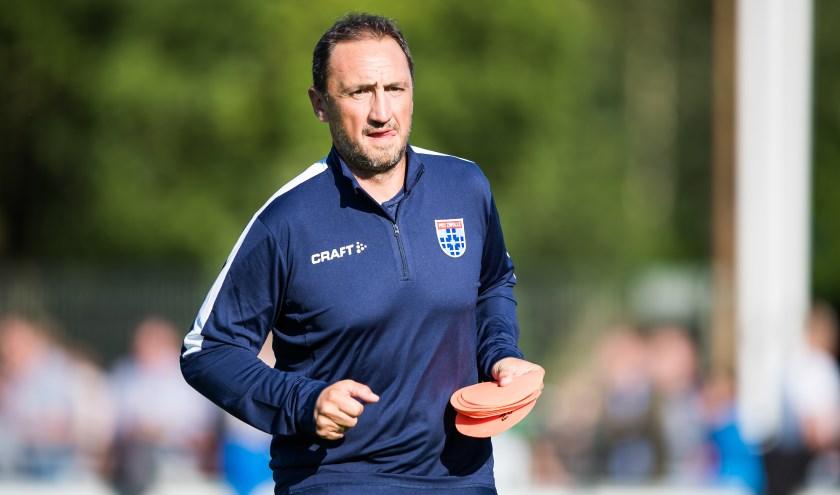 Michael Valkanis zet als assistent-trainer bepaald niet alleen de pionnetjes uit. (foto: Henry Dijkman)