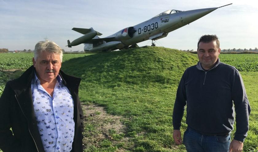 """Ad (links) en Jan Stouten van het autodemontagebedrijf voor hun welbekende straaljager. """"Ik blijf zelf liever aan de grond"""", zegt Ad. FOTO: Gerrit van Loon"""