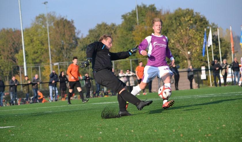 SIOL-doelman Dylan Janssen schiet de bal weg. (foto: Gerno de Haas)