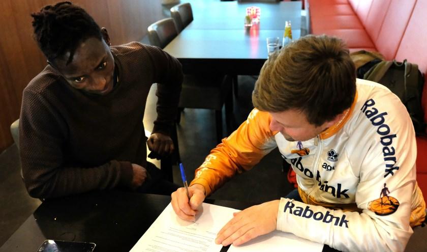 Tesfay heeft twee banen, volgt een opleiding en droomt van een toekomst als profvoetballer.