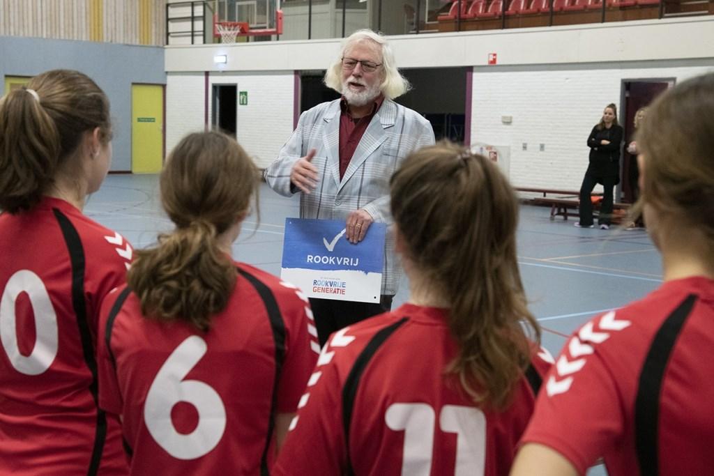 Uitleg wethouder Sport Bert Velthuis over Rookvrije Generatie project. Foto: HV Havana © DPG Media