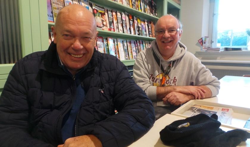 Winnaar Dick Werkhoven kreeg een boekenbon van quiz-organisator Herman Wevers (Bibliotheek) in het Culemborgse LeesCafé
