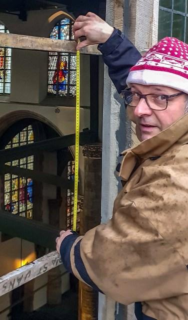 Glazenier Ad van der Hoven heeft het eerste wapenraam verwijderd, dat later museaal wordt teruggebracht. Foto: PR