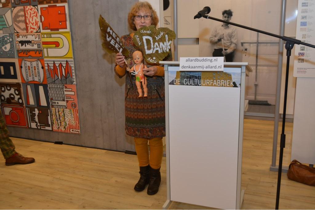 De zus van Allard Budding, Annelien, had een passend geschenk voor de organisatie.  © DPG Media